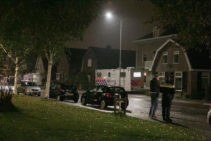 Politie en de EOD aan het werk bij de woning van de verdachte aan de Veenderstraat in Ede.