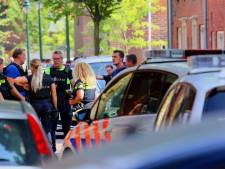 Agenten met kogelwerende vesten op straat in Den Bosch: bewoner meldt zich na bedreiging met vuurwapen