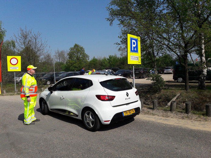 Automobilisten die willen parkeren krijgen vriendelijk uitleg dat alleen pinnen nog mogelijk is.