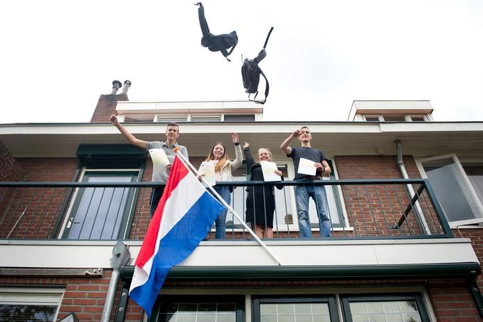 Thiemo, Angelina, Romy en Stijn vieren dat ze geslaagd zijn.