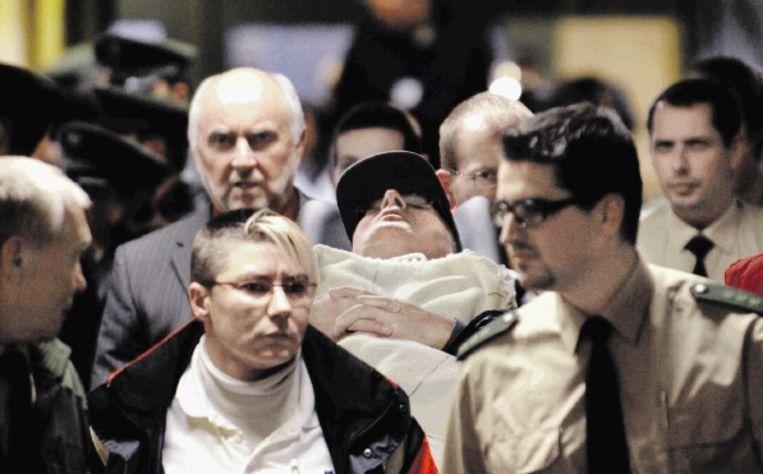 John Demjanjuk wordt aan het eind van de eerste zittingsdag op een stretcher de rechtszaal uitgedragen. (FOTO AFP ) Beeld AFP