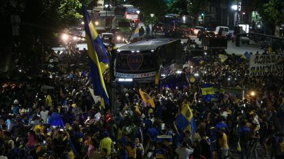 FOTO. Alsof de titel al binnen is: spectaculaire beelden van bus Boca Juniors die voor afreis naar Madrid wordt begeleid door uitzinnige fans