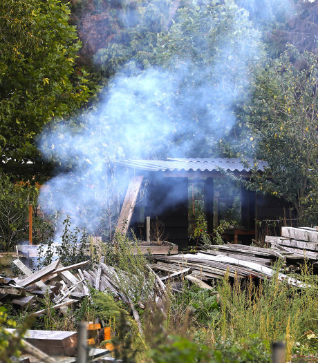 Stapel afval brandt uit in Brandstraat in Oss