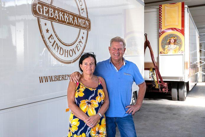 Ad Bierens met echtgenote bij zijn oliebollenkramen. Hij is blij dat hij per 1 juli weer kan starten.