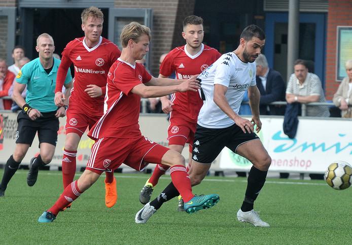 Matchwinner Ismail Yildirim snelt door de defensie van Jong Almere City FC.