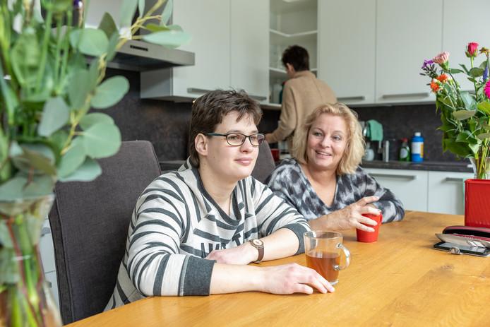 Linda Steine met haar moeder Maria Bal. Maria nam het initiatief voor Vlinderduin en is nu voorzitter van de stichting. Linda is kersvers bewoonster van één van de huisjes van Vlinderduin.