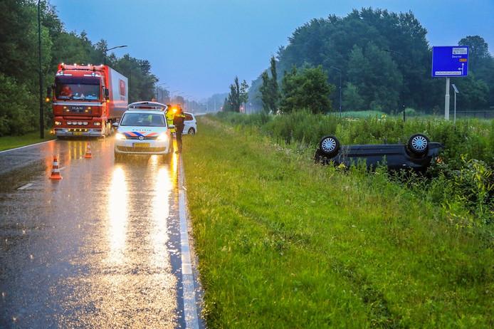 Een auto is na een ongeluk in de sloot beland in Helmond.