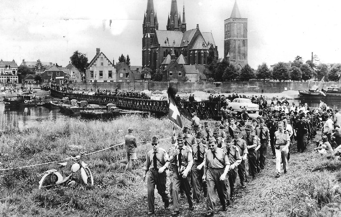 Een historisch plaatje van de Vierdaagse en de pontonbrug.