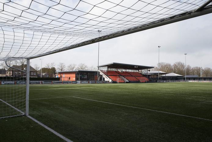 Het sportpark van Longa'30 in Lichtenvoorde. Normaliter is het er een komen en gaan op zaterdag. Nu is het gesloten.
