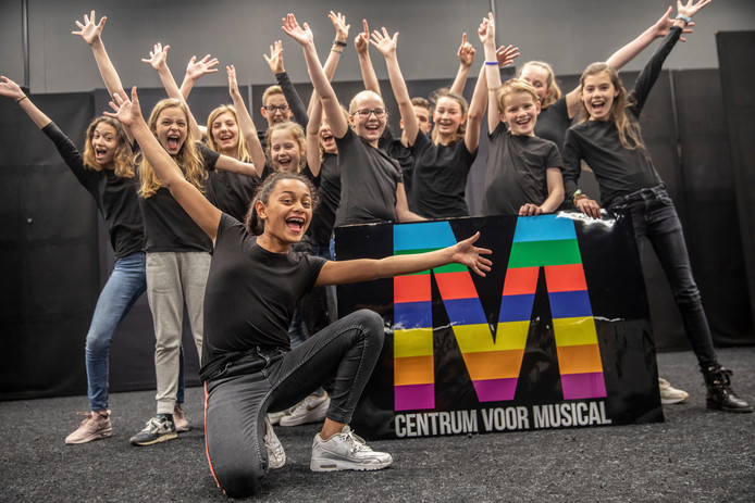 Semm Albertus (voorgrond) met collega-acteurs van Centrum voor Musical.