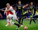 Donny van de Beek in verbeten duel met Miralem Pjanic van Juventus in de kwartfinale van de Champions League van seizoen 2018-2019.