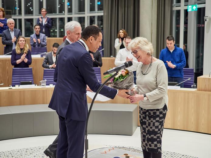 Burgemeester Franc Weerwind feliciteert Marjan Haak na haar installatie als wethouder in Almere