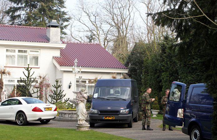 De politie-inval in een van de villa's van de Roma-familie in Rosmalen, in 2012.