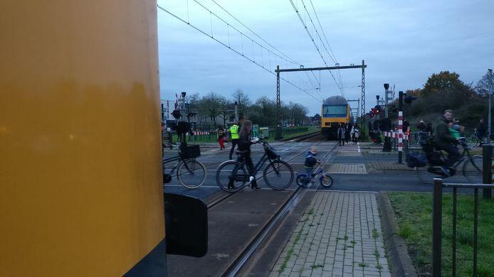 Aan weerszijden van de spoorwegovergang staat een deel van het treinstel.