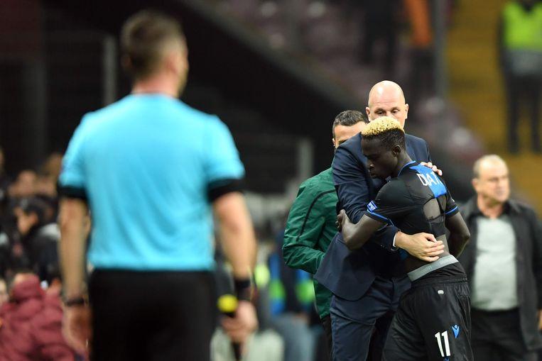 Clement met een knuffel voor Diatta.