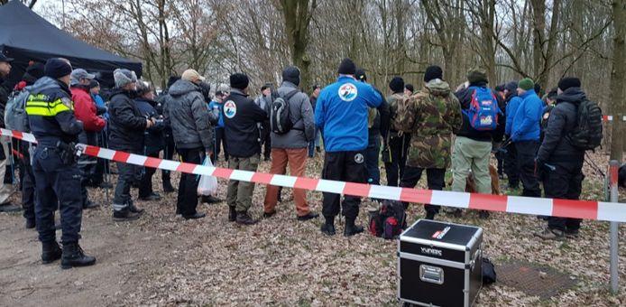De vrijwilligers worden voordat de zoektocht van start gaat gebrieft.