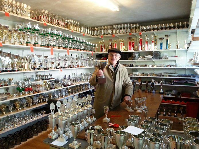 Gerard Stolker in de showroom van zijn sportprijzenhandel.