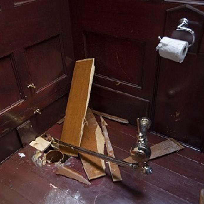 De schade die overbleef nadat de wc-pot was gestolen
