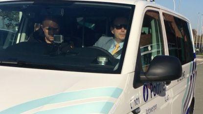 Man rijdt spiegel stuk van politiecombi