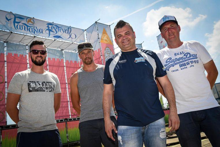 Organisator Jurgen Mettepenningen (tweede van rechts) aan het festivalterrein van Fantasia.