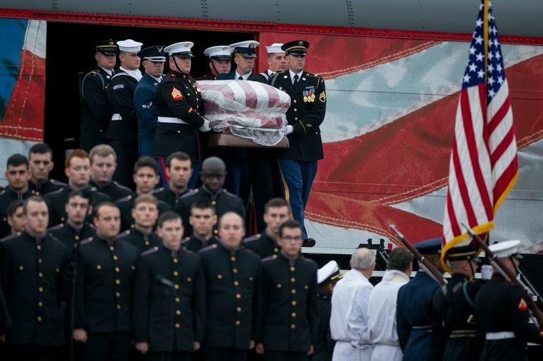 De kist van Bush wordt door een erewacht de trein uitgedragen.