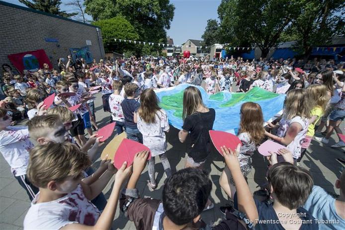 Na het dansen van de zombieclip van Thriller zongen de kinderen ook vorig jaar We Are the World van Michael Jackson. Met 70 leerlingen al een indrukwekkende vertoning.