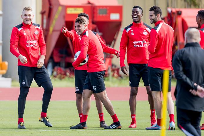 Gastón Pereiro, uiterst rechts, lachend met zijn ploeggenoten op de training.
