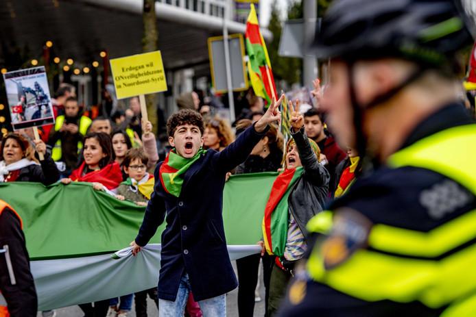 Koerden demonstreren tegen de Turkse militaire operatie in Noord-Syrie. Ze verzamelden op Plein 1940 en liepen vervolgens door het centrum. De betogers hadden vlaggen en protestborden bij zich