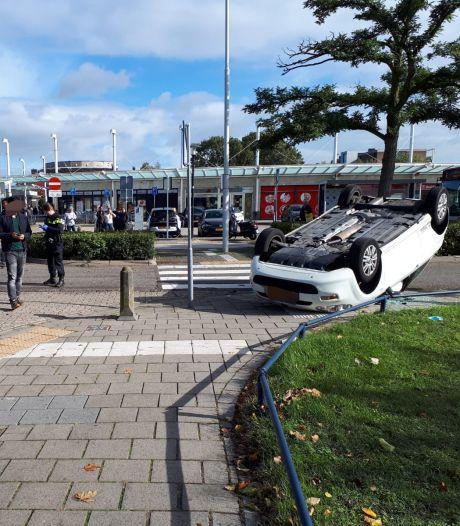 Auto over de kop geslagen bij botsing in Nijmegen