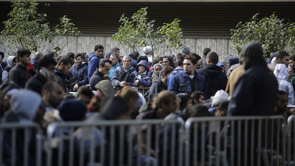 Honderden vluchtelingen in de rij om geregistreerd te worden in Berlijn.