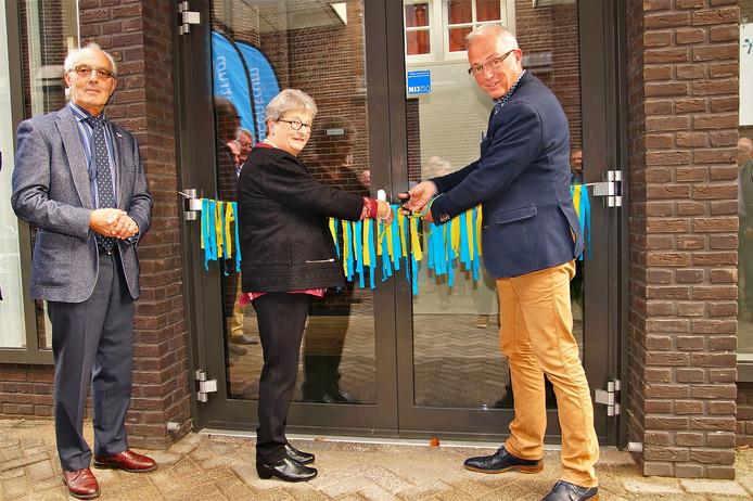 John van Tartwijk, voorzitter van het Willibrordcentrum, vrijwilliger Maria Schakenraad en wethouder Jan Glastra van Loon.