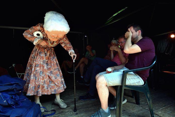 Het publiek is getuige van 'Oma Solo' van Janna Handgraaf, een tekstloze voorstelling over de vakantieperikelen van een oude vrouw.