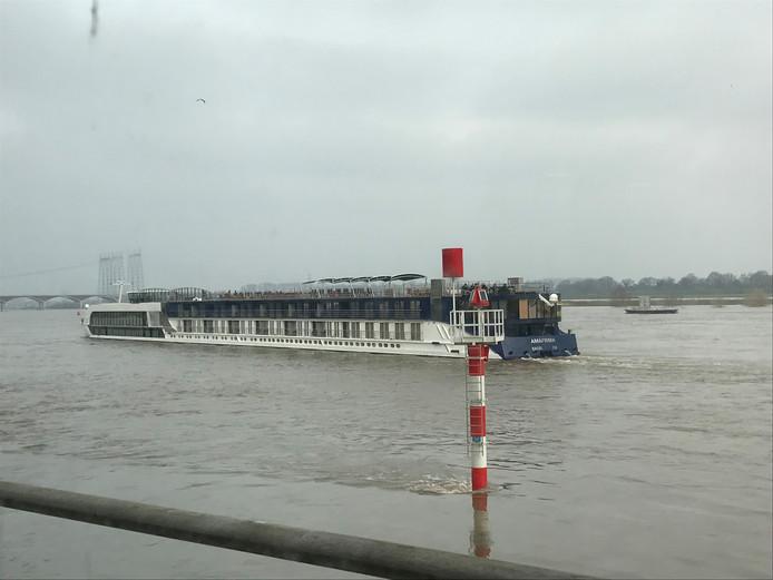 Het passagiersschip waarmee een deel van de opvarenden van de gestrande Edelweiss hun cruise zullen voortzetten, komt rond 10.15 uur aan in Nijmegen.