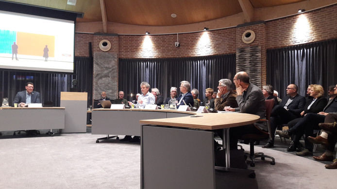Floris Alkemade (midden) doceert de gemeenteraad van Meierijstad over het buitengebied.