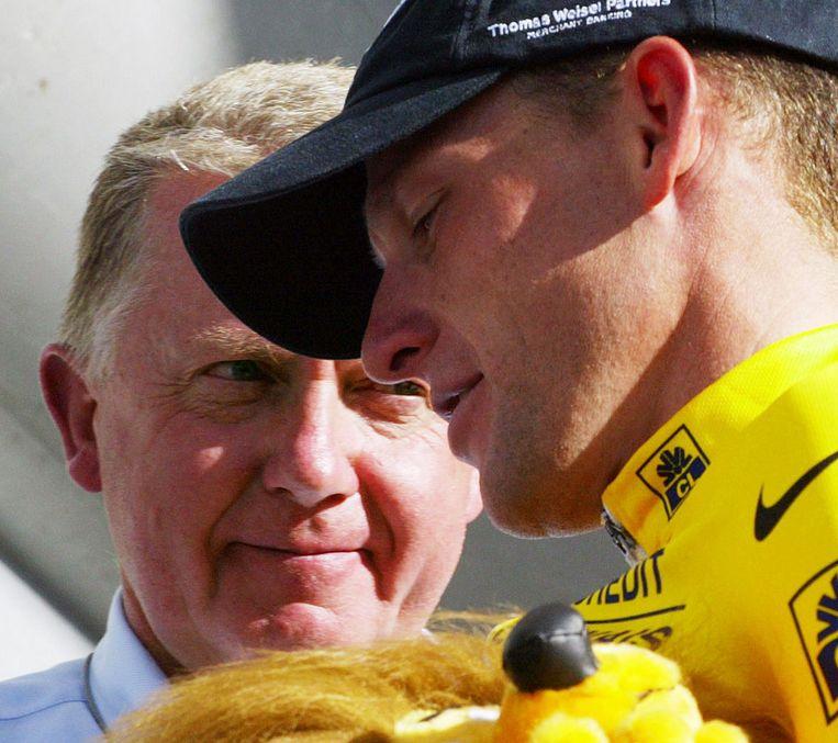 Verbruggen en Armstrong tijdens de Tour de France in La Plagne in 2002 Beeld ANP