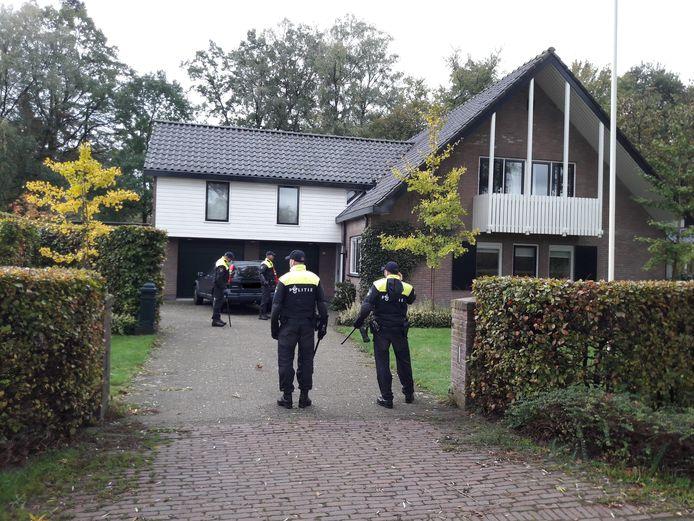 De politie zocht onder meer de voortuinen af.