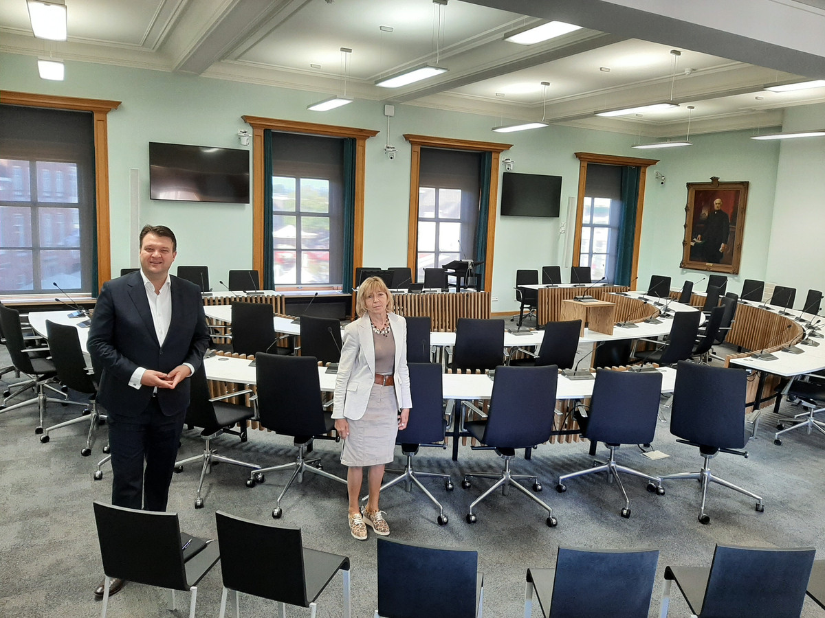 Burgemeester Han van Midden en raadsgriffier Elsbeth van Straaten presenteren de vernieuwde raadszaal in het raadhuis op de Markt.