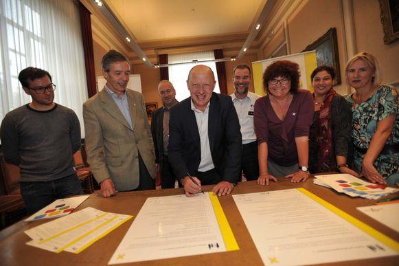 Burgemeester Hans Bonte zet zijn handtekening onder het charter.