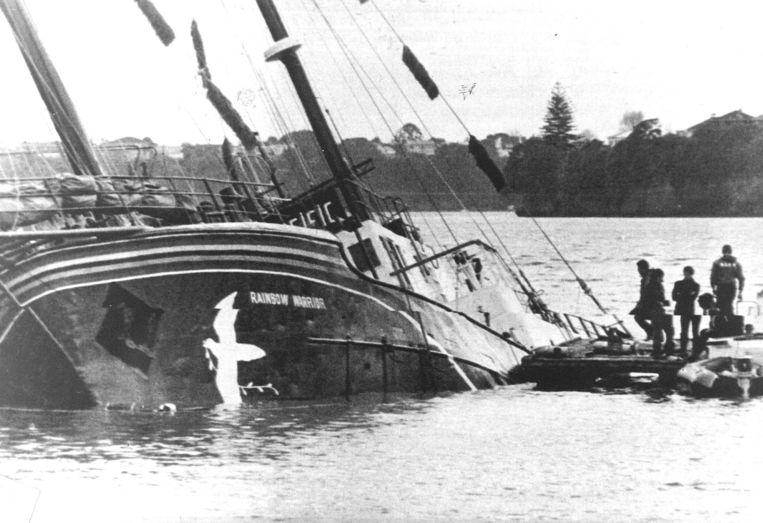 Auckland, 1985. Het vlaggenschip van Greenpeace, de Rainbow Warrior, is tot zinken gebracht. Beeld EPA