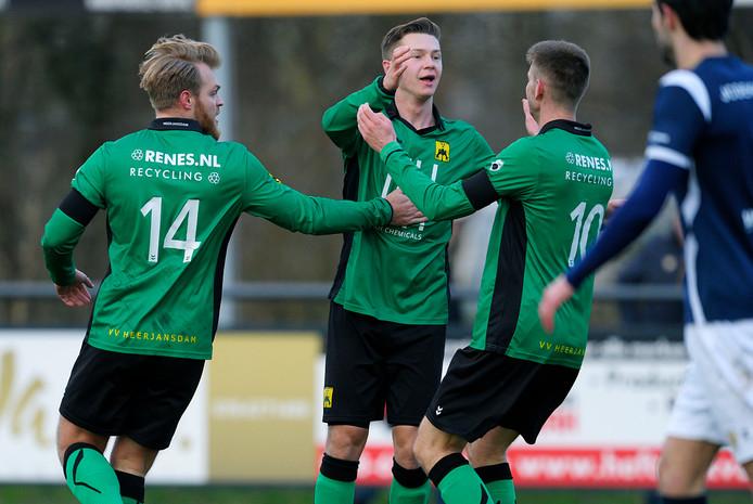 Heerjansdam-spelers Siebren Hoekstra, Luc Delmee en Jelmer Nugteren (van links naar rechts) vieren de 1-0 tegen koploper Kloetinge.