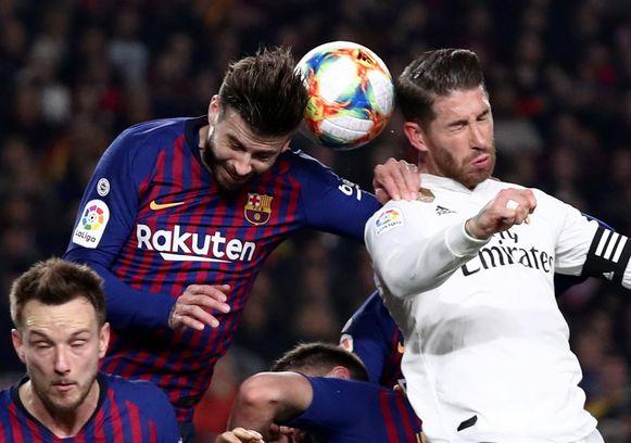 Piqué hier in duel met Real-aanvoerder Sergio Ramos: aartsrivalen op clubniveau.