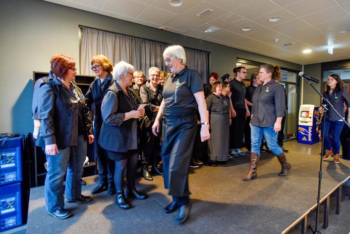 Medewerkers van de Kansenfabriek presenteren hun nieuwe bedrijfskleding. archieffoto Jeroen de Jong/Beeld Werkt