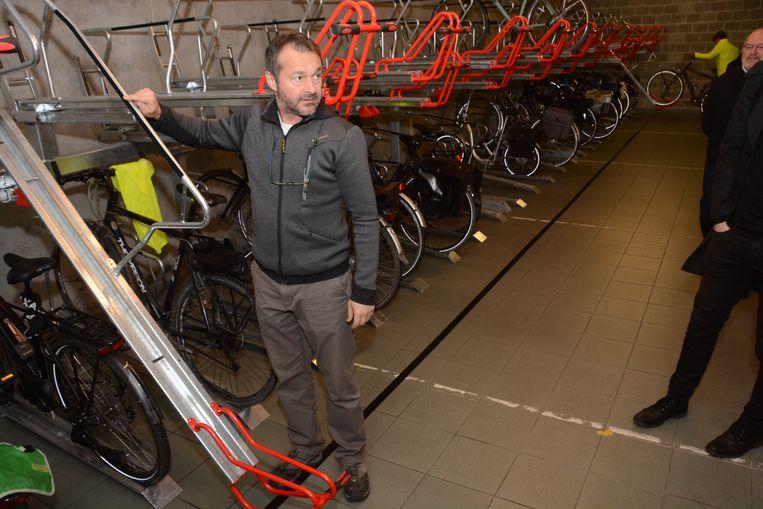 Door plaatsgebrek is er een inventief systeem gekozen om fietsen ook in de hoogte te stallen.