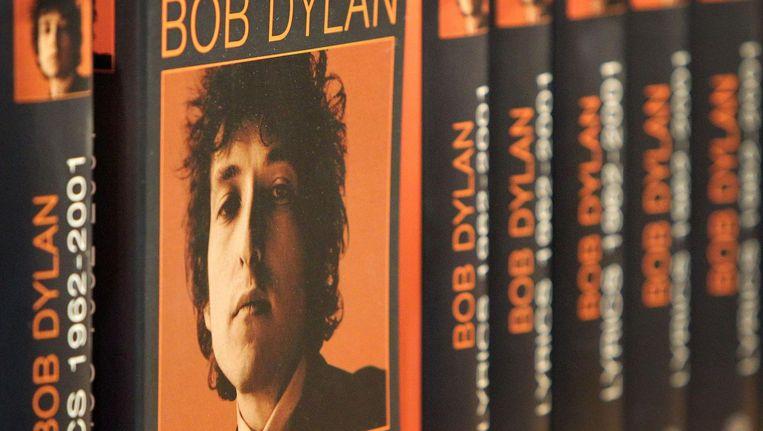 Het boek The Lyrics: 1961-2012. De zin 'WINNER OF THE NOBEL PRIZE IN LITERATURE' werd vandaag op zijn website toegevoegd aan de beschrijving ervan. Beeld afp