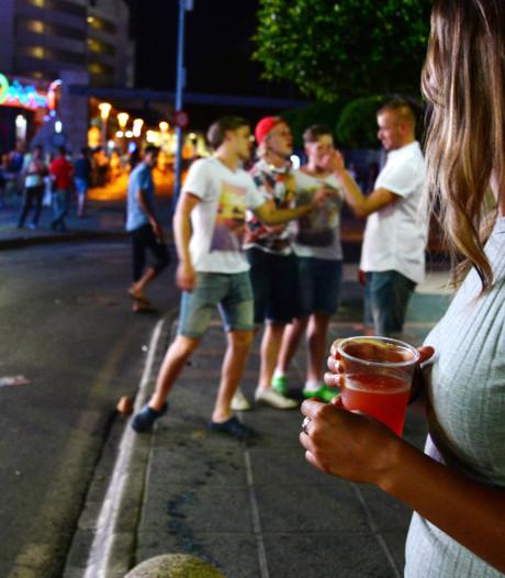 Ibiza en Mallorca zijn 'dronkenschapstoerisme' zat en gaan balconing zwaar beboeten