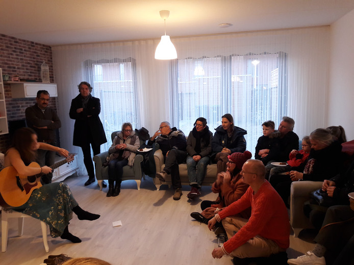 Huiskamerconcert van Ilse Pennings in de Kruidenbuurt, bij de familie Yildrim, in Eindhoven bij de oplevering van de laatste huurwoningen van corporatie Sint Trudo.