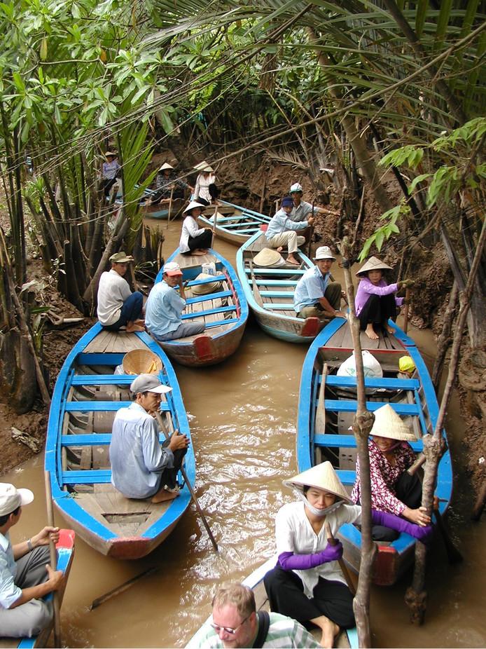 Beland je op vakantie alsnog in een file. Maar wel een bijzondere… een bootjesfile tijdens een tocht over het water in de Mekong Delta in Ho Chi Minh City in Vietnam. Foto: Bert van Strijen uit Papendrecht.