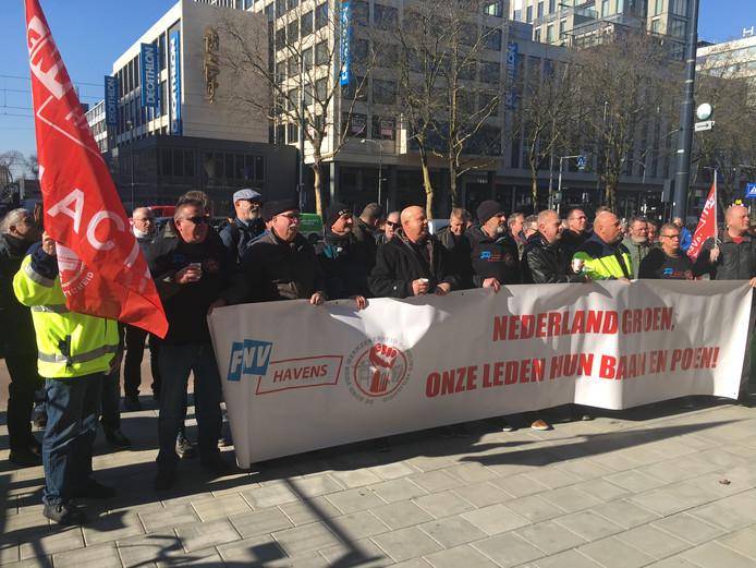 Personeel van kolenoverslagbedrijf EMO demonstreerde tegen het verlies van hun banen.
