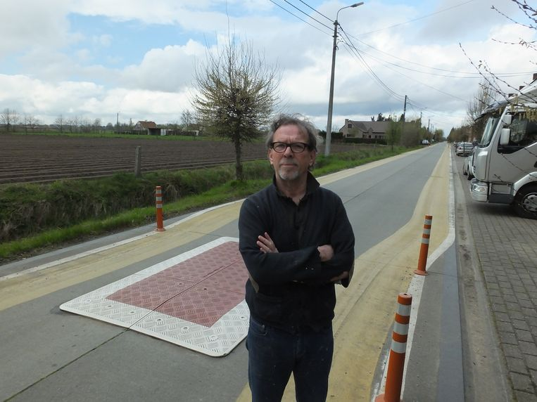 Jean De Groote bij de verkeersdrempel in de Schraaienstraat in Eke.