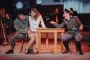 Lieske op de schoot van een Duitse militair in het café dat van haar moeder is.